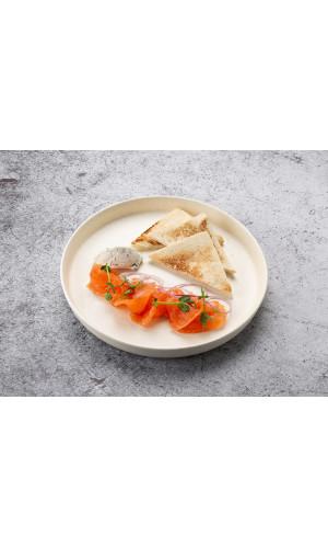 Лосось слабой соли с тостами и мягким сыром