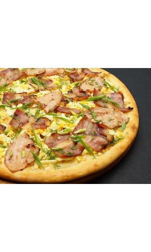 Пицца с ветчиной, беконом и яйцом на белом соусе