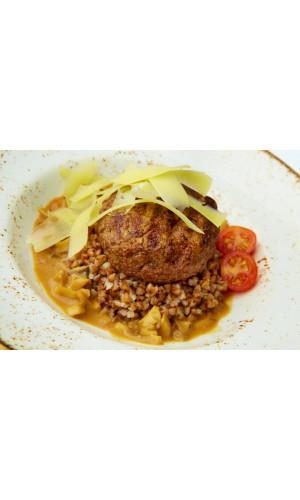 Домашняя котлета с гречей и грибным соусом