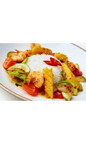 Креветки с рисом и овощами в соусе сладкий чили